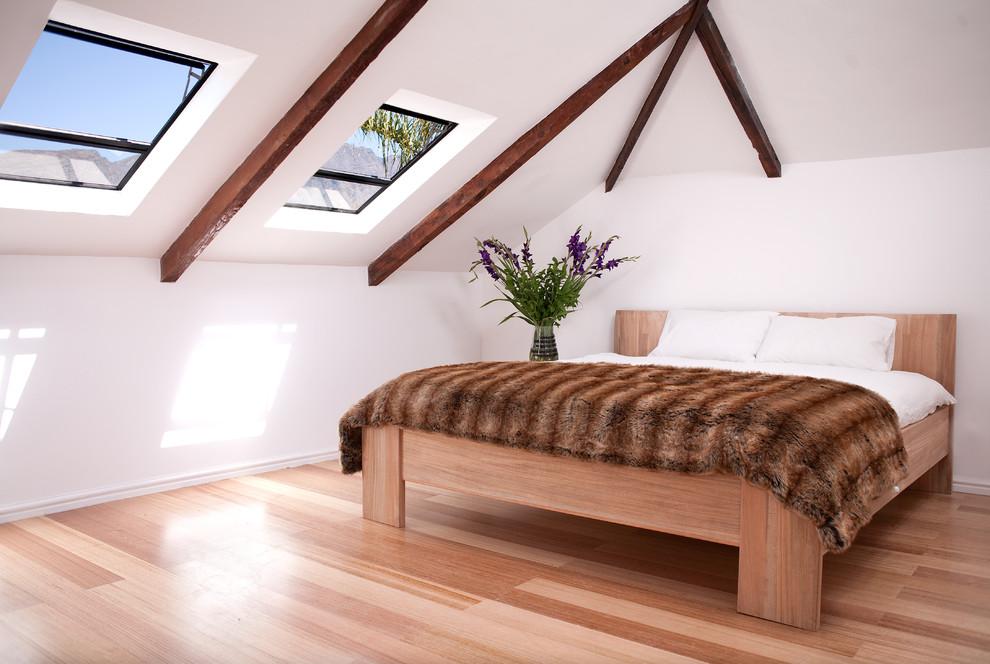 西安二手房改造设计师运用白色系的墙面打造出视觉的开拓感,白色的墙面统一了上下空间,一层的斜十字形吊顶有效的化解了低矮层高带来的压抑感。在运用西班牙田园风格装饰元素混搭,营造时尚大气的阁楼风情。 躺在床上数星星是女房主觉得最浪漫的事。将低层高的地方留给卧室,矮矮的屋顶,一面斜斜的窗户,就在窗的正上方,让夜晚的星空也成为自己的风景。而在阁楼另一边的低矮区域,则设计成卫生间。斜窗下安排了浴缸,躺着泡澡,坐看日出日落云卷云舒好不自在。 而阁楼上比较高的中间部分,则留作书房。西安二手房改造设计师将墙面依势做成书柜